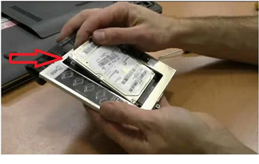Вставляем HDD в переходник жесткого диска, комбинируем конструкцию с приводом и вставляем на место
