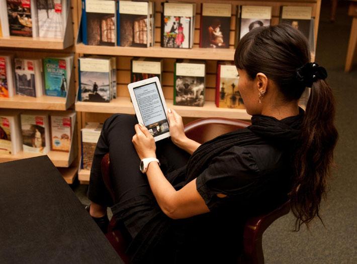 Девушка читает книгу на планшете