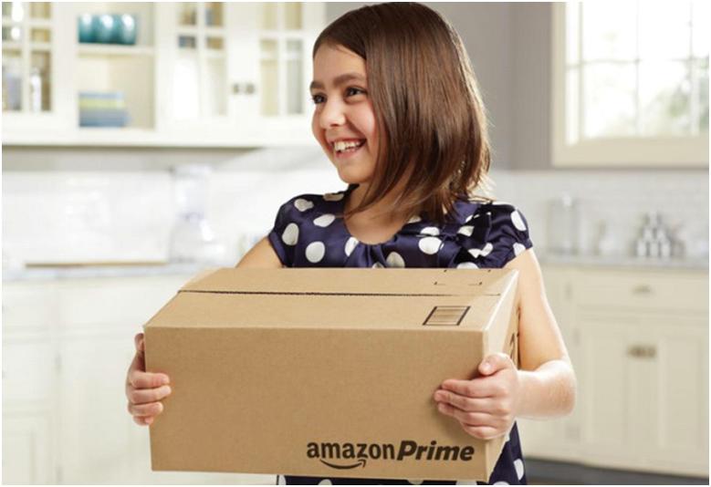 Девочка с коробкой